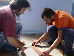 Zwei Freiwillige legen Laminat